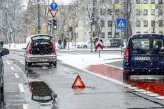 Мюнхен, Германия - 17-ое февраля 2018: Автомобиль имея нервное расстройство в шторме снега Стоковые Изображения
