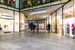 Мюнхен, Германия - 15-ое февраля 2018: Люди входя в в типичный немецкий торговый центр Fuenf Hoefe в Мюнхене Стоковая Фотография RF