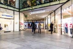 Мюнхен, Германия - 15-ое февраля 2018: Люди входя в в типичный немецкий торговый центр Fuenf Hoefe в Мюнхене Стоковое Изображение RF