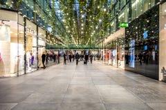 Мюнхен, Германия - 15-ое февраля 2018: Люди ходя по магазинам в типичном немецком торговом центре Fuenf Hoefe в Мюнхене Стоковые Изображения RF