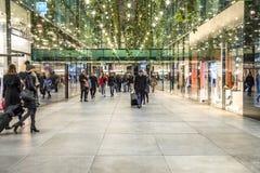 Мюнхен, Германия - 15-ое февраля 2018: Люди ходя по магазинам в типичном немецком торговом центре Fuenf Hoefe в Мюнхене Стоковое Изображение RF