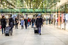 Мюнхен, Германия - 15-ое февраля 2018: Люди ходя по магазинам в типичном немецком торговом центре Fuenf Hoefe в Мюнхене Стоковое фото RF