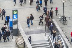 Мюнхен, Германия - 15-ое февраля 2018: Метро сразу подключено к Marienplatz Стоковые Изображения RF