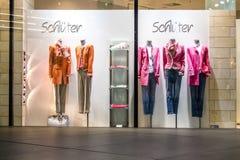 Мюнхен, Германия - 15-ое февраля 2018: Типичный немецкий shopwindow в торговом центре Fuenf Hoefe в Мюнхене Стоковые Изображения