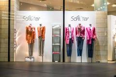 Мюнхен, Германия - 15-ое февраля 2018: Типичный немецкий shopwindow в торговом центре Fuenf Hoefe в Мюнхене Стоковое Изображение