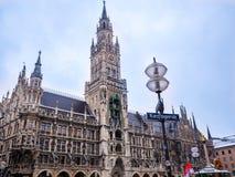 МЮНХЕН, ГЕРМАНИЯ - 22-ОЕ ФЕВРАЛЯ -2018: туристы приближают к новой ратуше на квадрате Marienplatz в Мюнхене, Баварии, Германии стоковая фотография rf