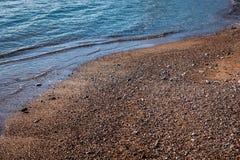 Мягкая волна голубого моря на песчаном пляже стоковая фотография rf