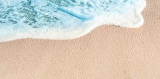 Мягкая волна голубого океана в лете Предпосылка w пляжа моря Sandy стоковая фотография rf
