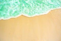 Мягкая волна голубого океана на песчаном пляже Справочная информация Селективный фокус пена пляжа и тропического моря белая на пл стоковое изображение rf