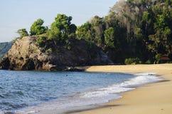 Мягкая волна ударяя песчаный пляж под ярким солнечным днем Стоковое фото RF