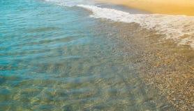 Мягкая волна голубого океана на песчаном пляже Стоковое Изображение RF