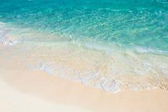 Мягкая волна моря бирюзы на песчаном пляже Естественное summe Стоковые Изображения RF