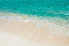 Мягкая волна моря бирюзы на песчаном пляже Естественное summe Стоковые Изображения