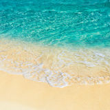 Мягкая волна моря бирюзы на песчаном пляже Стоковые Фотографии RF