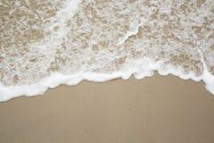 Мягкая волна океана на песчаном пляже Справочная информация Селективный фокус Стоковая Фотография RF