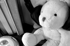 Мягкая игрушка плюша нося слишком большие наушники стоковое изображение rf