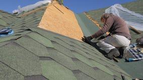 Мягкая крыша гонт Ремонт крыши жилого дома установка мягких плиток частично замена  видеоматериал