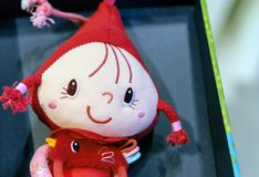 Мягкая кукла игрушки с отрезками провода в красной крышке стоковые изображения rf
