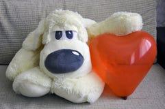 Мягкая собака игрушки они имеют сердце Любовь, романс, нежность стоковые изображения