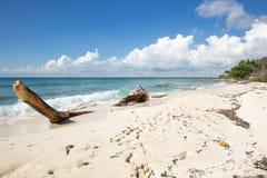 Мягкие волны воды бирюзы и белого песка Стоковые Фото