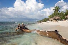 Мягкие волны моря воды бирюзы и белого песка Стоковое фото RF