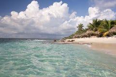 Мягкие волны моря воды бирюзы и белого песка Стоковое Изображение