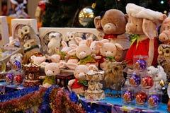 Мягкие игрушки свиньи и товар рождества для продажи в КАМЕДИ стоковые изображения rf