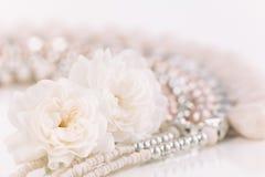 Мягкие пастельные розы с ожерельем стоковые фотографии rf