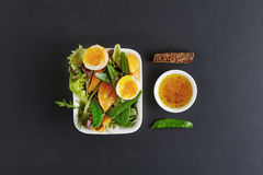 Мягкие половины вареного яйца с стручками гороха и листьями rucola Стоковые Изображения
