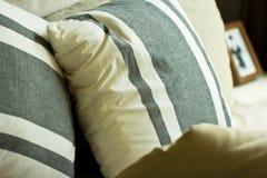 Мягкие подушки на кровати Стоковое Изображение RF