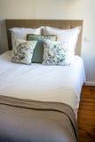 Мягкие подушки на удобной кровати Стоковая Фотография
