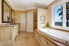 Мягкий интерьер ванной комнаты тонов в роскошном доме Стоковое фото RF