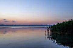 Мягкий и спокойный заход солнца на озере Balaton в лете Стоковое Изображение RF