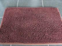 Мягкий коричневый коврик у входной двери Стоковые Фото