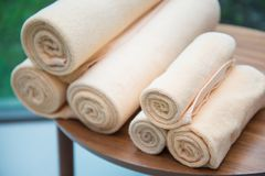Мягкий крен полотенца на таблице Стоковые Изображения RF