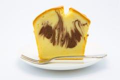 Мягкий мраморный торт масла на белом диске Стоковые Изображения