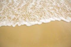 Мягкий океан волны на песчаном пляже Справочная информация Селективный фокус море пляжа тропическое Белая пена на пляже стоковое изображение