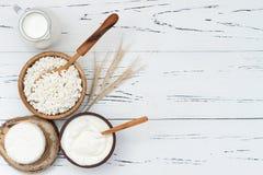 Мягкий домодельный свежий творог рикотты Сыр Tzfat с зернами пшеницы Символы judaic праздника Shavuot стоковое изображение