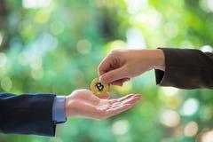Мягкий фокус бизнесменов рук торгует монеткой золотого bitcoin Символические монетки золотого bitcoin обмен электронных денег, стоковое изображение rf