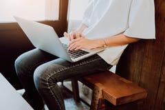 Мягкий фокус женщины работая с компьтер-книжкой в кофейне Винтажный тон Стоковая Фотография