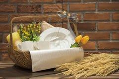 Мягкий фокус и запачканные предпосылкой корзины подарка, комплект подарка holida Стоковые Изображения