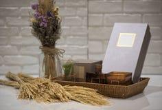 Мягкий фокус и запачканные предпосылкой корзины подарка, комплект подарка holida Стоковое Изображение