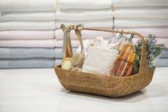 Мягкий фокус и запачканные предпосылкой корзины подарка, комплект подарка holida Стоковая Фотография