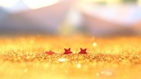 Мягкий фокус и селективное изображение на красной звезде на золоте освещают bokeh t стоковое изображение
