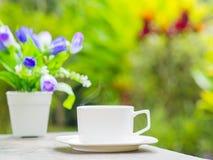 Мягкий фокус конца вверх по кофейной чашке в саде стоковое фото rf