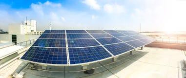 Мягкий фокус панелей солнечных батарей или фотоэлементов на крыше фабрики или терраса с светом солнца, индустрией в Таиланде, Ази стоковое фото rf