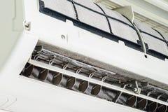 Мягкий фокус пыли на пакостном фильтре кондиционера воздуха стоковая фотография rf