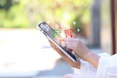Мягкий фокус руки женщины используя прибор планшета умный с продажей стоковая фотография rf