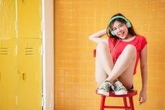 Мягкий фокус счастливой молодой женщины наслаждаясь с музыкой от Headpho Стоковые Изображения RF