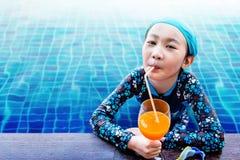 Мягкий фокус счастливых детей на стороне бассейна, девушки Rel Стоковые Изображения RF